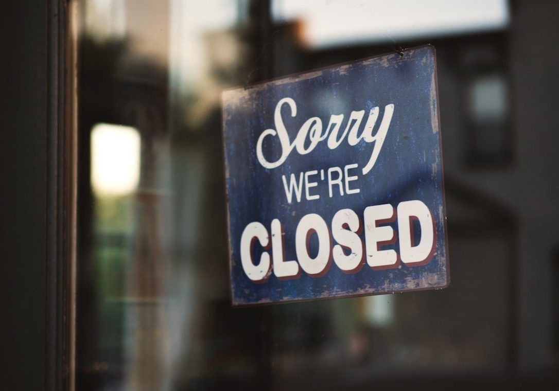 image of a closed sign representing the fact that the apostrophe is going out of style